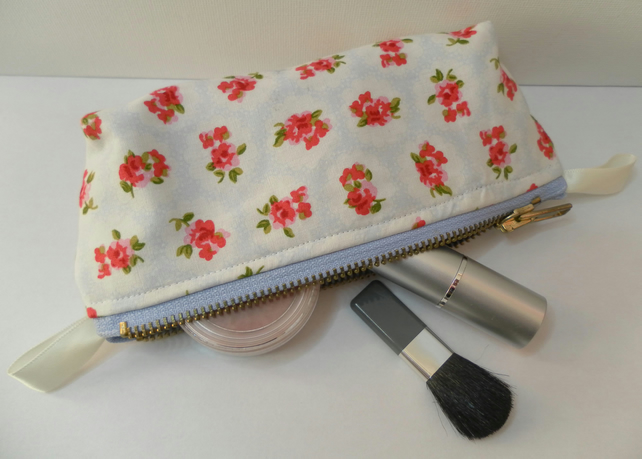Small make up bag or zipped glasses case