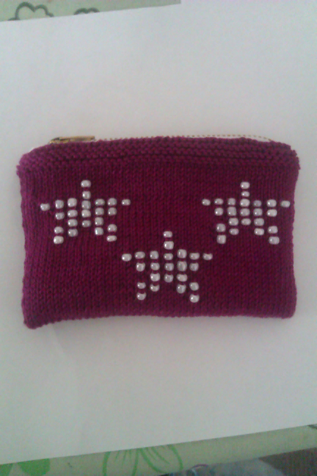 Berry knitted purse with star design