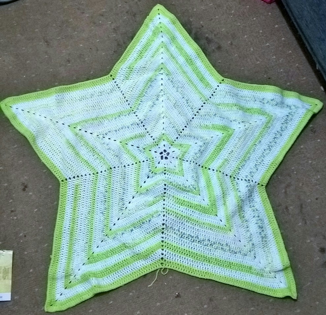 Star shaped blanket in white and green