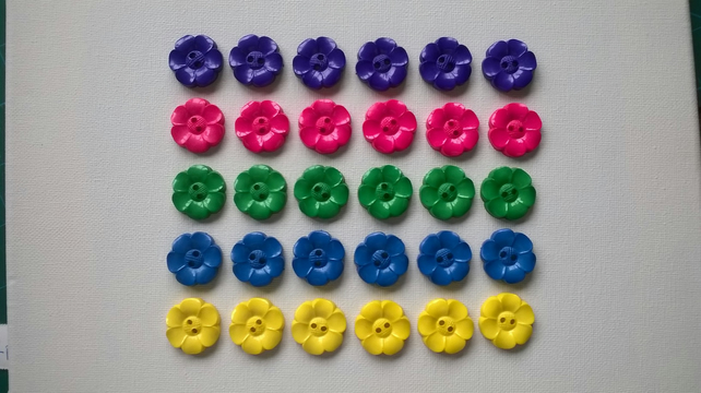 Daisy shaped buttons x 6