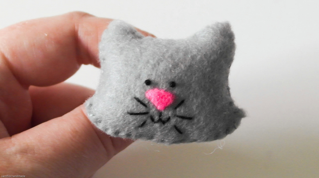 Grey kitty cat brooch-Kawaii felt cat pin-Cute cat jewellery pin-Cat gift idea