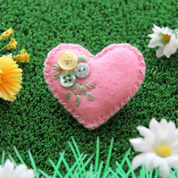 'Heart-Felt' - Little felt and button brooch - hand embroidered - Soft pink