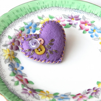 Hand embroidered tiny felt heart brooch with sweet buttons - lilac