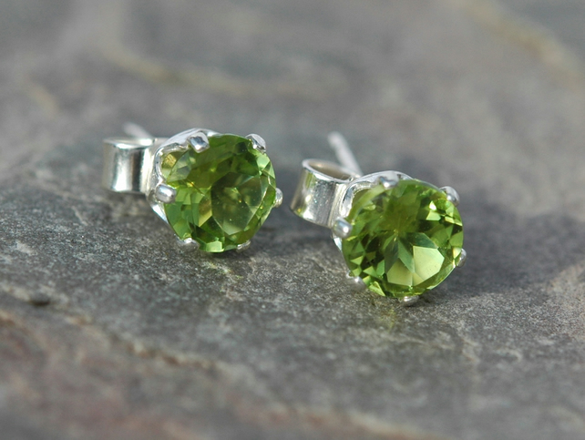 Sterling silver Stud Earrings with Peridot,  E104