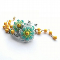 Spring time Vintage flowers and beads bracelet
