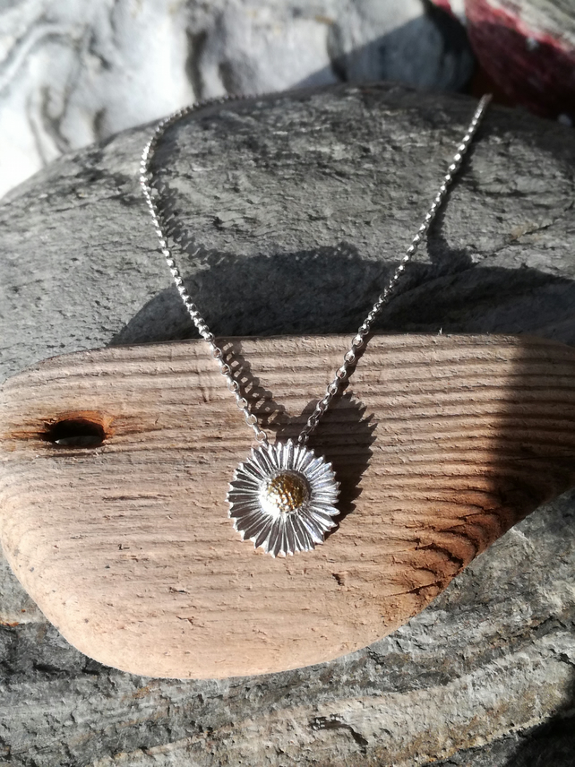 Daisy Necklace Medium.