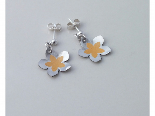 Flower shaped silver earrings with yellow detail