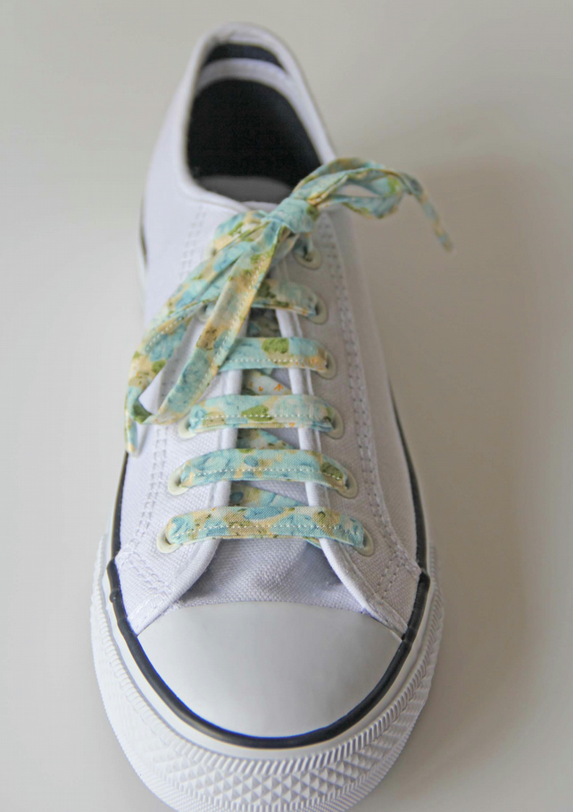 Retro Vintage Style Blue French Roses Patterned Cotton Shoelaces. Great Gift