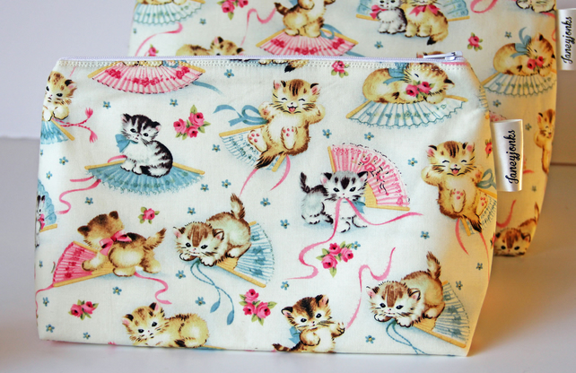 Adorable Kittens Retro Vintage Style Medium Wash Bag. Great Gift for Ladies
