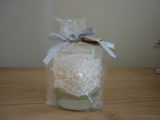 CREAMY MUSK & SANDALWOOD - CREAM LACE AND PEARLS GLASS JAR - MEDIUM SOY CANDLE