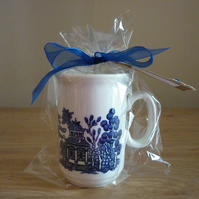 FRESH LINEN - SOY CANDLE - WILLOW PATTERN VINTAGE CHINA MUG.