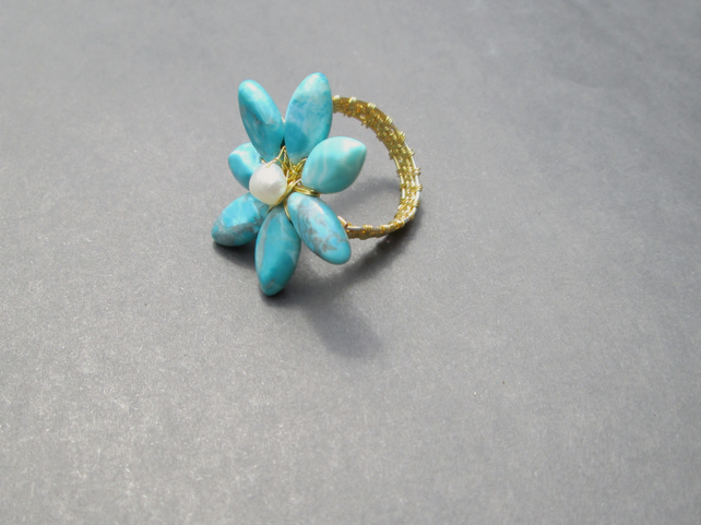 Howlite and Pearl flower shaped wire work ring