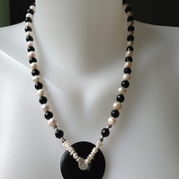 Onyx pendant pearl necklace