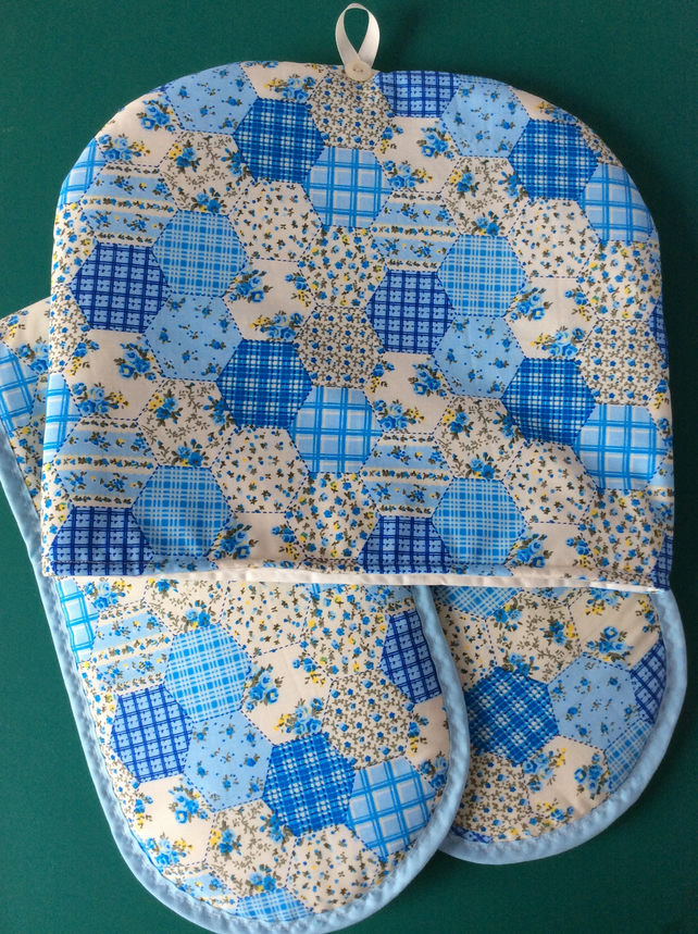 Tea cosy and oven glove set