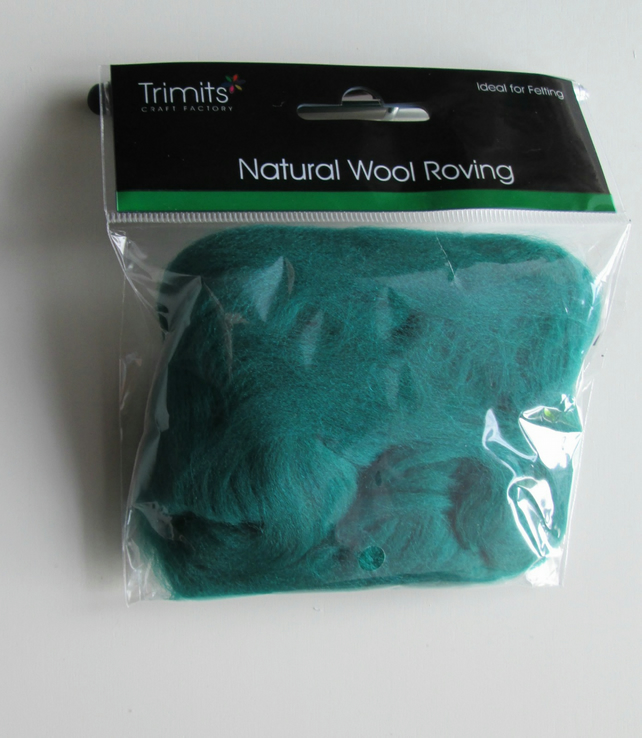 10g Natural Wool Roving in colour Gras Green