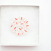 "Round porcelain ""confetti"" brooch"
