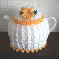Tea cosy 6-8 cup in the colour white with a yellow trim.