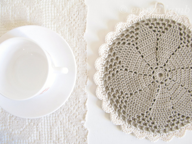 Clara, ecofriendly organic cotton crochet daisy potholder