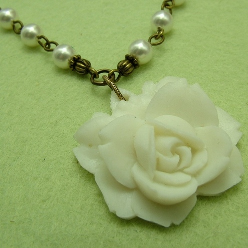 Snow White Rose Necklace (FFRn01)