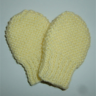 knitted baby mitts POST FREE ( ref F 915)