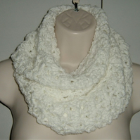 crocheted white infinity scarf ( ref F 947)