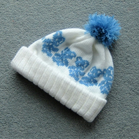 Baby bobble hat with blue teddies ( ref FK39)