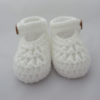 Crochet maryjane booties in a baby gift box