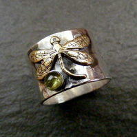 Silver hammered ring with dragonfly and peridot gemstone