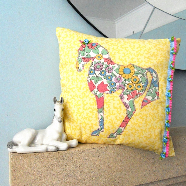 Pretty Horse cushion - for you Horse ' y types!