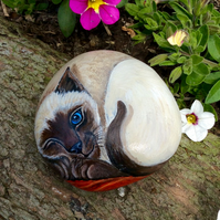 Siamese cat painting on pebble