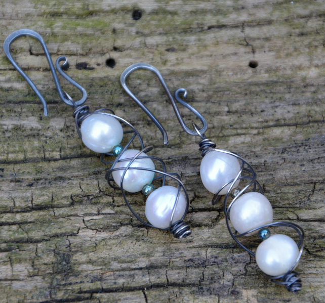 Pearl earrings with sterling silver.