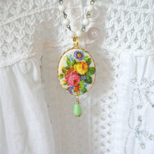 Pretty Floral Cabochon on lucite bead chain....