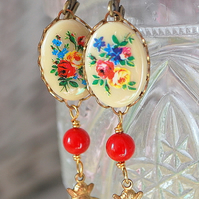 Vintage Cameo & Little Bee... Earrings