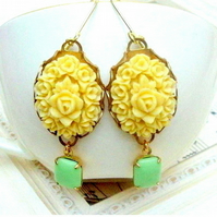 Gorgeous vintage flower cabochons earrings.......