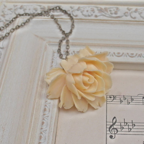 Gorgeous Ivory Rose cabochons Necklace.......