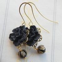 Black flower cabochons earrings...