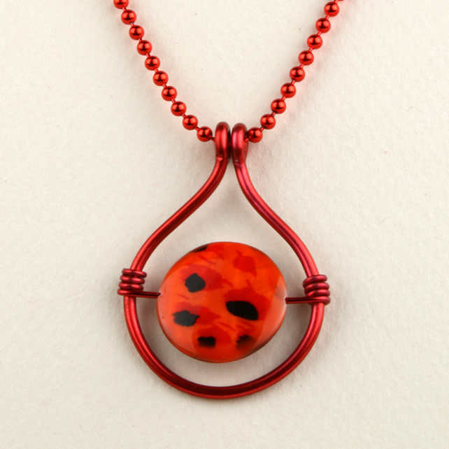 W008 RED CIRCULAR WIRE NECKLACE