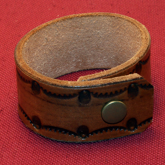 45 - BROWN LEATHER FIGURED BRACELET