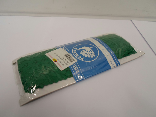 1 roll of Emerald, Dark Green Rick Rack Lace, 27 metres per roll, zig zag trim