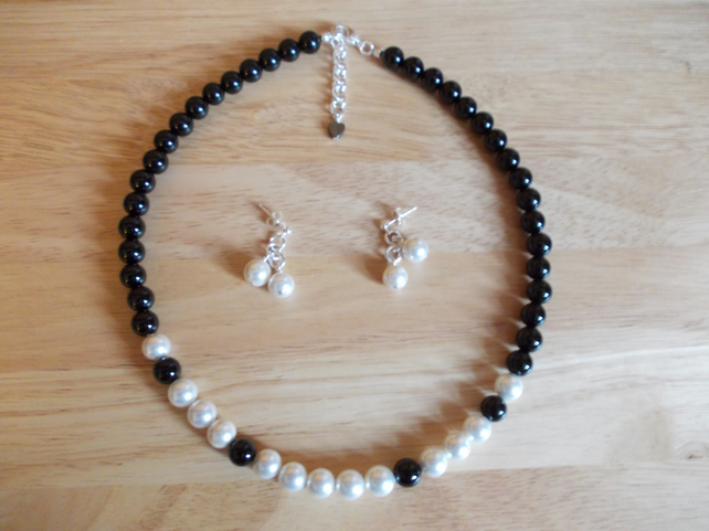 Shell pearl and agate necklace