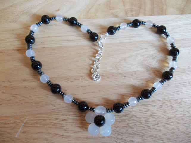 Monochrome agate flower necklace