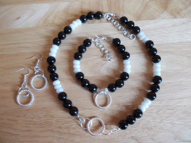 Black agate and white quartzite set
