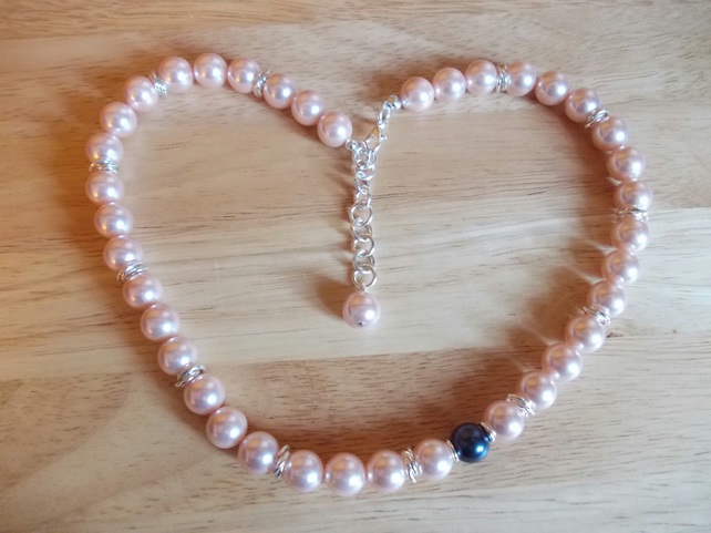 Asymetric contrasting shell pearl necklace