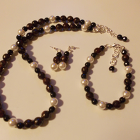 Garnet, agate and shell pearl set
