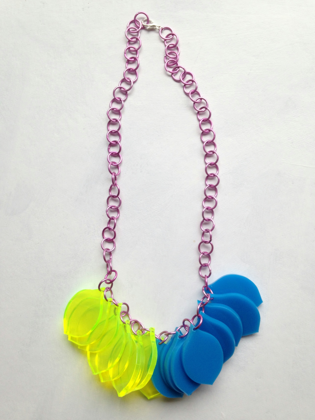 Chunky Petal Necklace – Fluo Green and blue on a pink chain – Laser Cut
