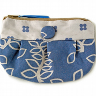 Blue leaves gathered purse