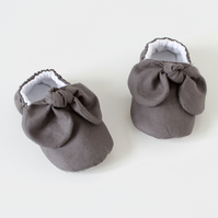 Baby girls shoes, dark grey knotted bow baby shoes, booties, crib shoe.