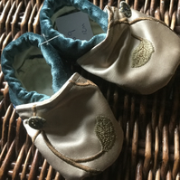 Dorset Button Trimmed Toddler Slippers, age 12 - 18 m, Mink Floral and Blue, S9