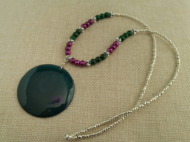 Green, magenta and silver agate pendant necklace - 100969
