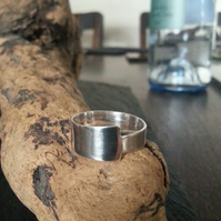 Asymetric minimalist ring
